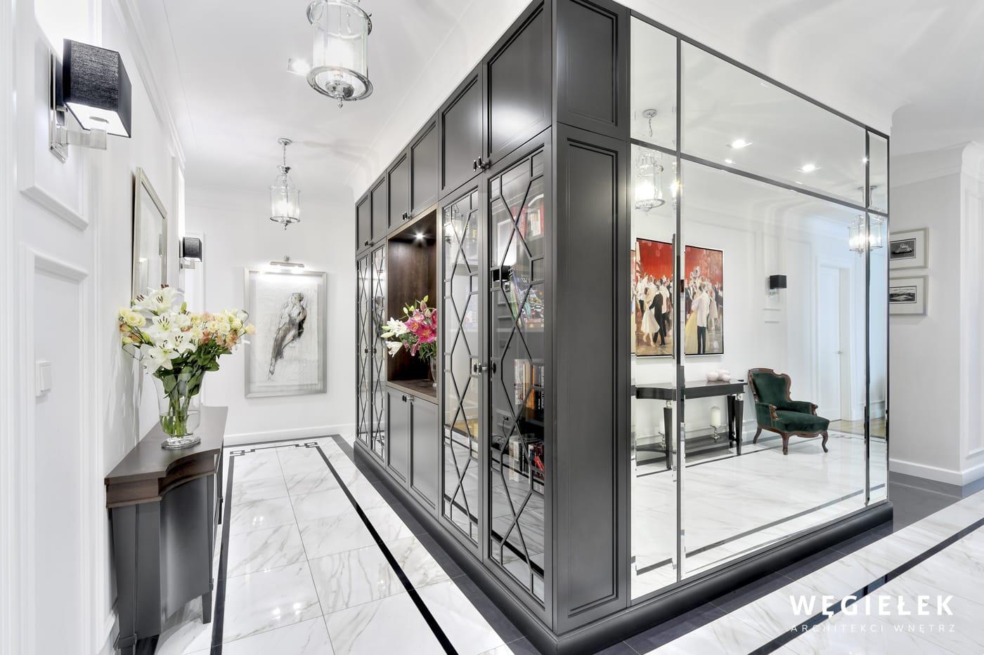 Przedpokój w tej wersji jest tak elegancki, że można się tylko domyślać, co wspaniałego czeka nas w salonie zaprojektowanym przez tego architekta wnętrz.