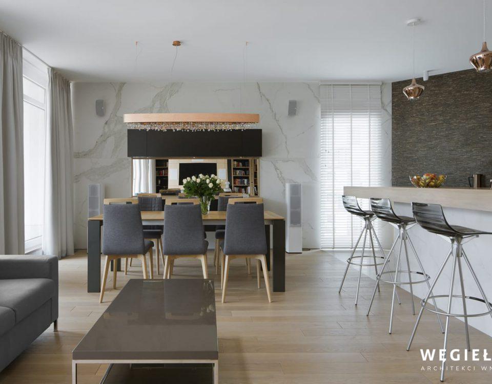 Wnętrze tego domu jest imponujące. Projektant stworzył w nim wspaniały salon, łącząc tradycję z nowatorstwem, przy pomocy ciekawych zestawień kolorów.