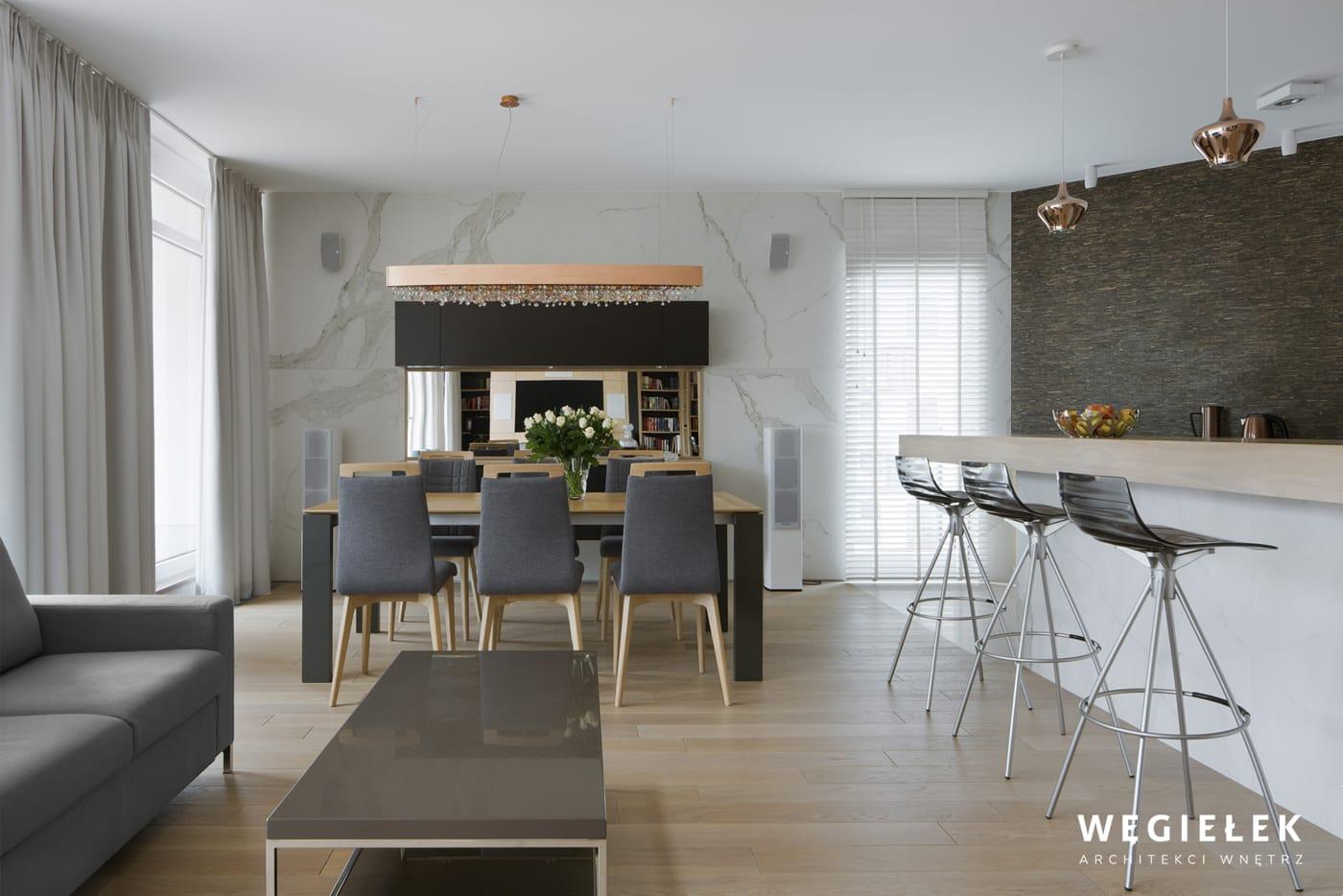Pokój kąpielowy stworzony przez projektantów wnętrz, to wyjątkowa ozdoba domu. Jego częścią jest toaletka z lustrem, przy którym może stroić się elegantka.