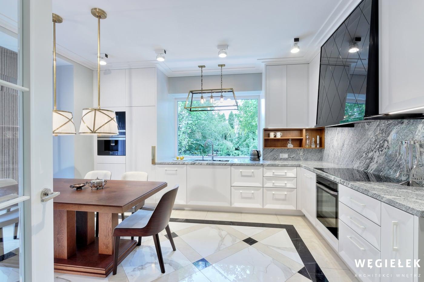 Klasyczna kuchnia domu w realizacji architekta z Warszawy ma w sobie niecodzienny urok, dzięki wykorzystaniu mebli w dawnym stylu oraz takich dodatków.