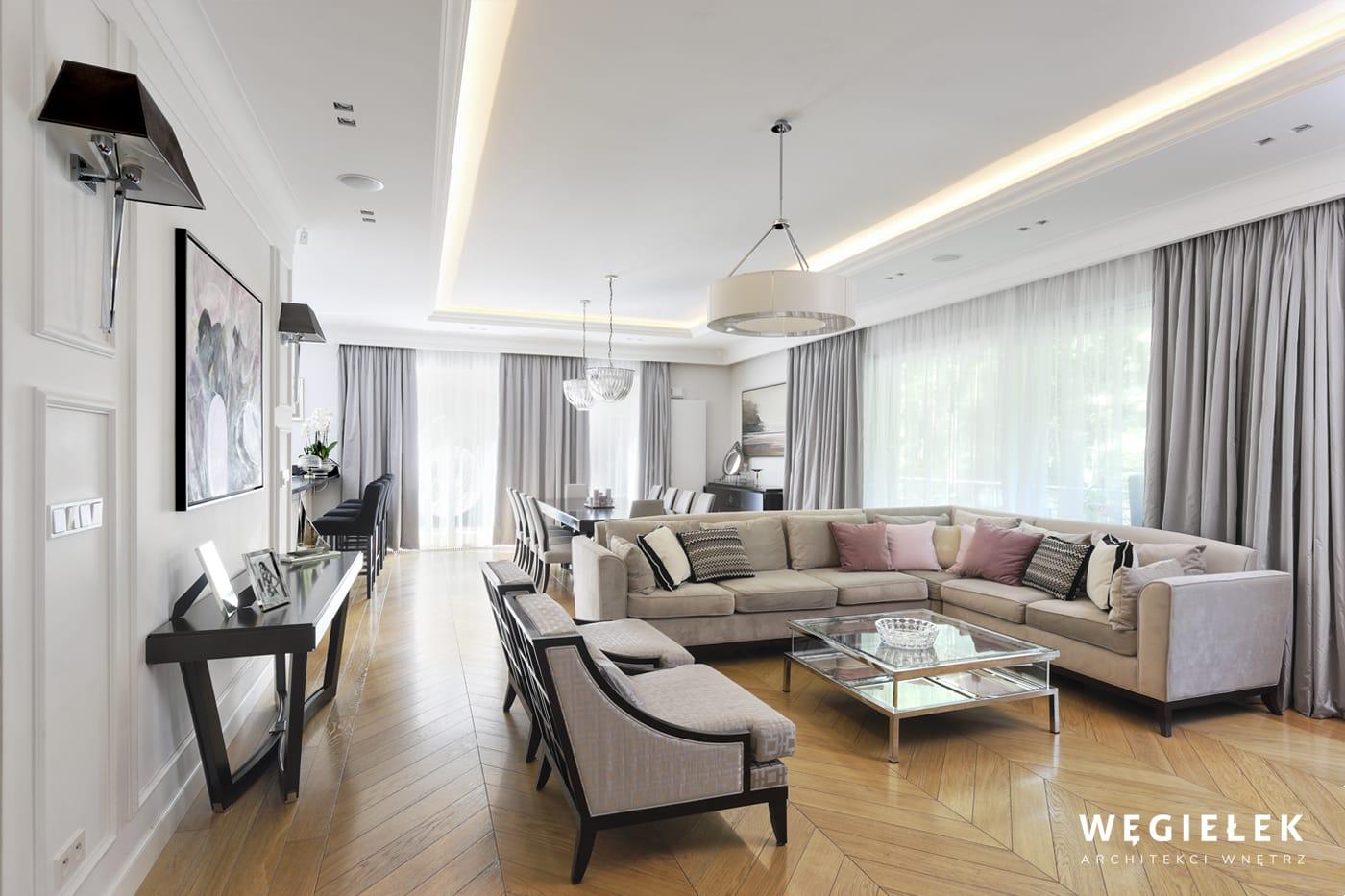 Klasyczny salon w stylu francuskim zaprojektowany przez architekta z Warszawy zadowoli nawet najwybredniejszego klienta. Jest przytulny i elegancki.