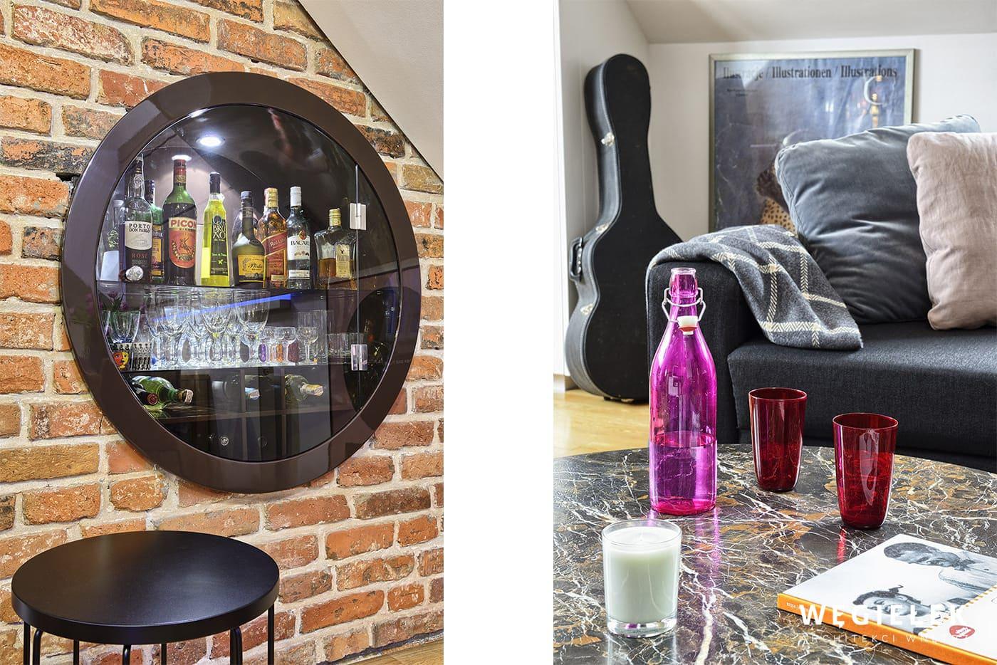 W małym salonie barek można umiejscowić w ścianie. Zamyka go przeszklony bulaj, przez który widać trunki- świetny pomysł architekta poddasza z Warszawy.