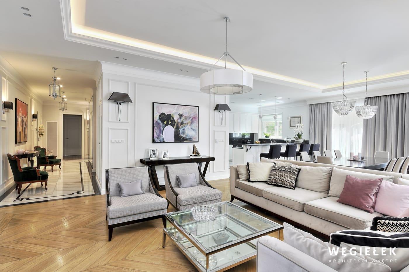 Projektant wnętrz potrafi sprawić, że pomieszczenie nabierze stylu i elegancji. Odpowiednie ustawienie klasycznych mebli, przeszklony stół i zadany szyk
