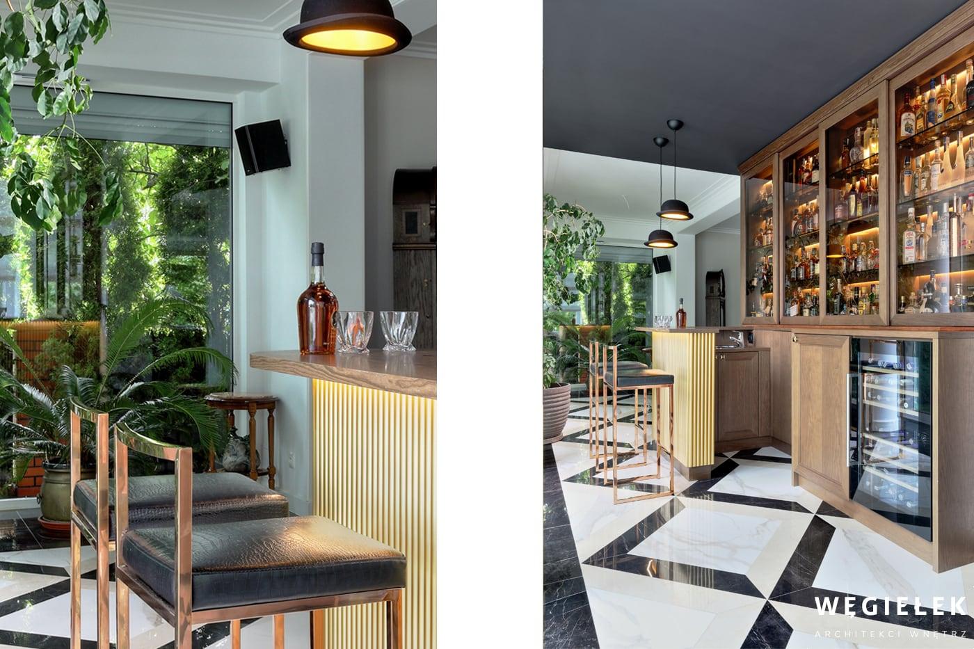 Barek to zaciszne miejsce, przygotowane przez projektanta domów z Warszawy. Jest podświetlony, znajdują się w nim miejsca siedzące i ma widok na zimowy ogród.
