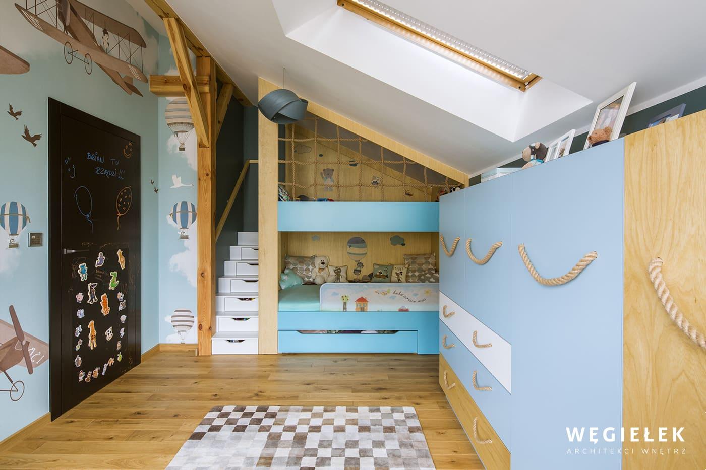 Architekci wnętrz pamiętają też o najmłodszych mieszkańcach. Ta propozycja może się podobać ze względu na kolorystykę, elementy marynistyczne i drewniane.