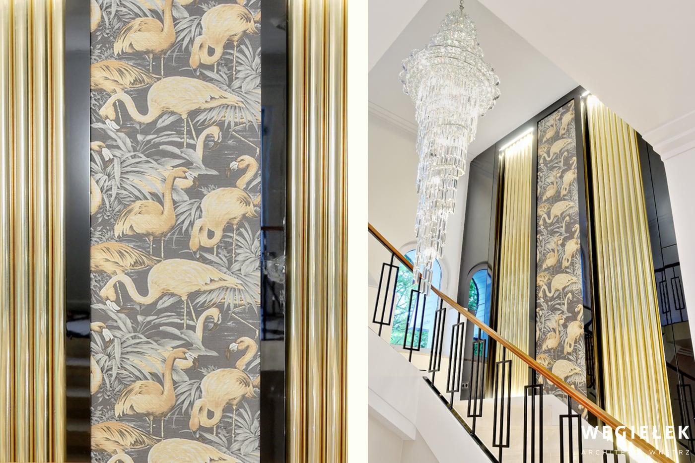 Architekci wnętrz domów proponują pełne przepychu rozwiązanie. Wysoką klatkę schodową ozdobili ogromnym żyrandolem z kryształu i umieścili go na złotym tle.