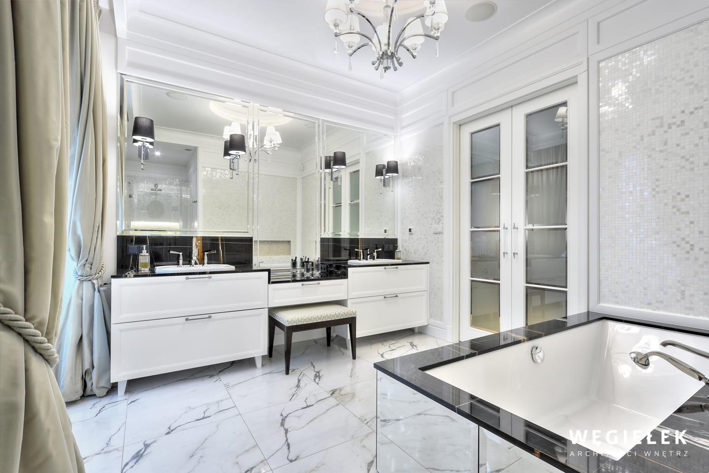 Ta apartamentowa łazienka to raczej pokój kąpielowy w dobrym stylu. Projekt architektów z Warszawy wyróżnia szczególne połączenie mozaiki i kasetonów.