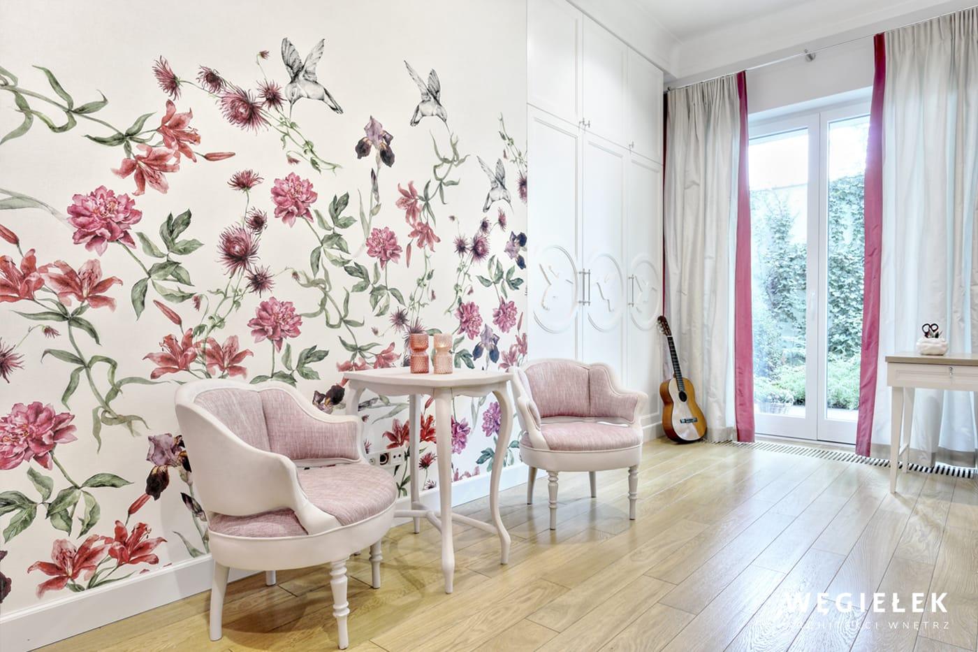 Architekt wnętrz stworzył piękny i harmonijny pokój w bardzo romantycznym stylu. Zachwyca połączeniem bieli i różu oraz roślinnym wzorem tapety
