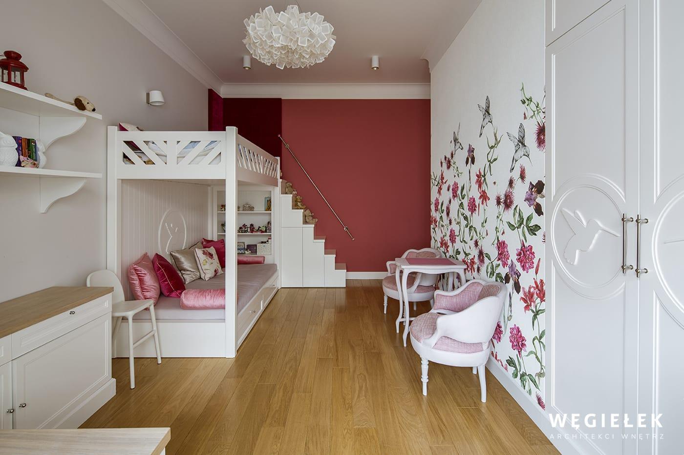 Architekci wnętrz z Warszawy pomysłowo urządzili zachwycający pokój dla dwóch dziewczynek