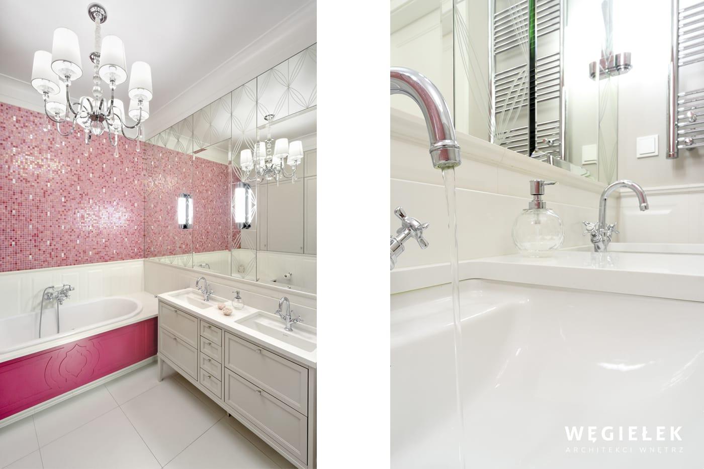 Architekci z Warszawy połączyli w tym projekcie łazienki różne style. Białe meble, różowa mozaika i duże lustra to idealne wnętrze dla dziewczynki.